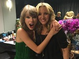 "Taylor Swift y Phoebe, de 'Friends', cantan '""Smelly Cat"""